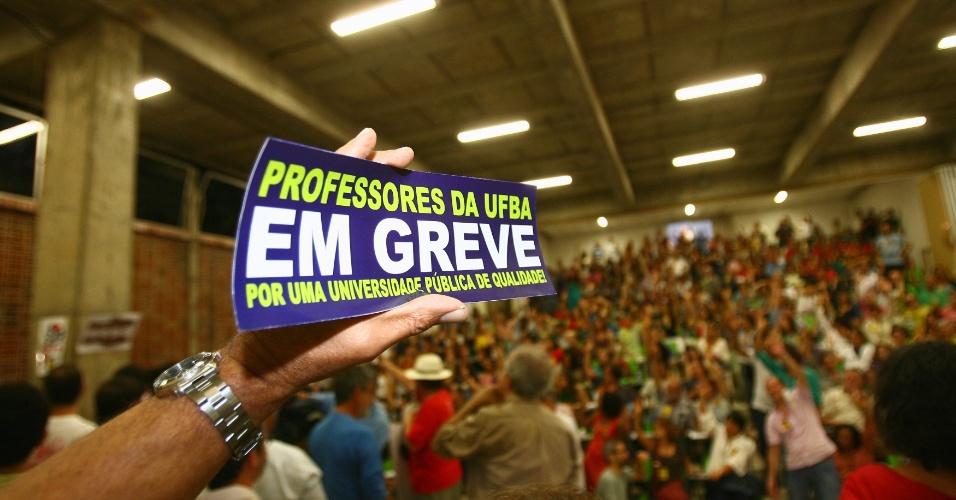 7.ago.2012 -Professores da UFBA (Universidade Federal da Bahia) votam por continuidade da greve durante assembleia realizada na Faculdade de Arquitetura, em Salvador (BA)
