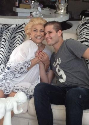 A apresentadora Hebe Camargo recebe visita de Pedro Leonardo, filho do cantor Leonardo (7/8/2012)