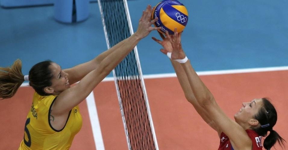 A brasileira Thaisa Menezes (esq) e a russa Maria Perepelkina disputam bola na rede