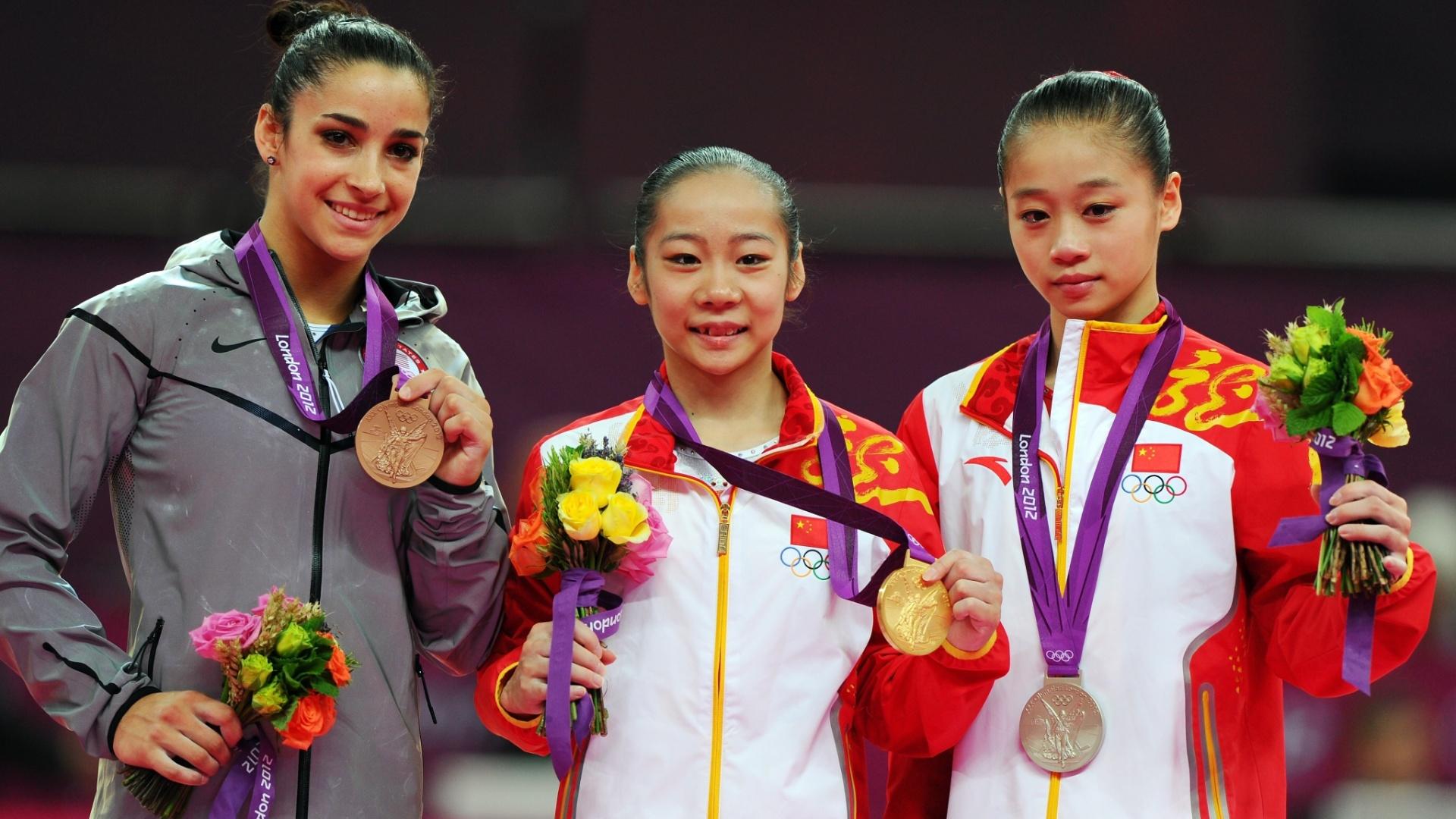 Alexandra Raisman (e), Lilin Deng (c) e Sui Lu ficaram com as medalhas de bronze, ouro e prata, respectivamente, na final de trave