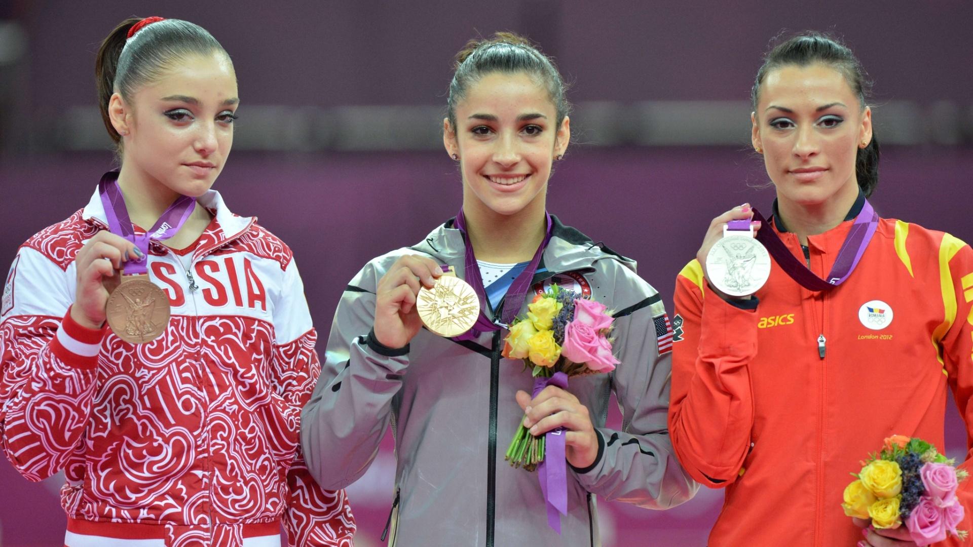Aliya Mustafina (e), Alexandra Raisman (c) e Catalina Ponor mostram as medalhas de bronze, ouro e prata, respectivamente, conquistadas na final de solo