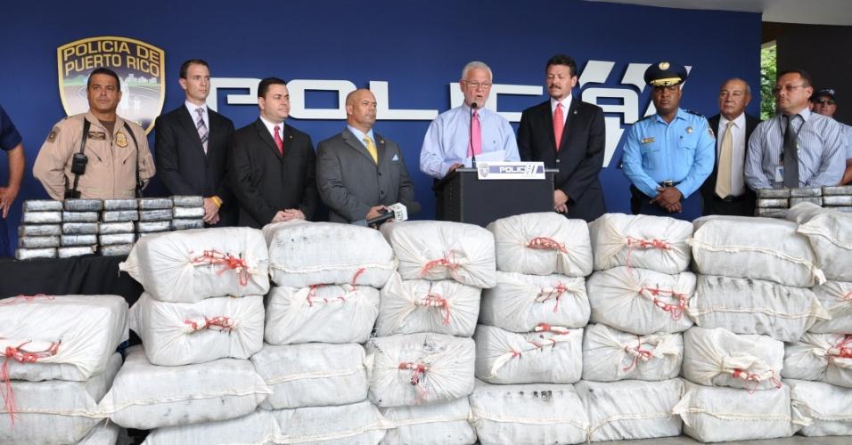 Autoridades porto-riquenhas exibem uma tonelada de cocaína apreendida em San Juan, Porto Rico. A droga estava escondida em um barco. Três pessoas foram presas
