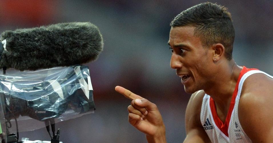 Britânico Andrew Osagie gesticula para a câmera após a semifinal dos 800 m, em Londres