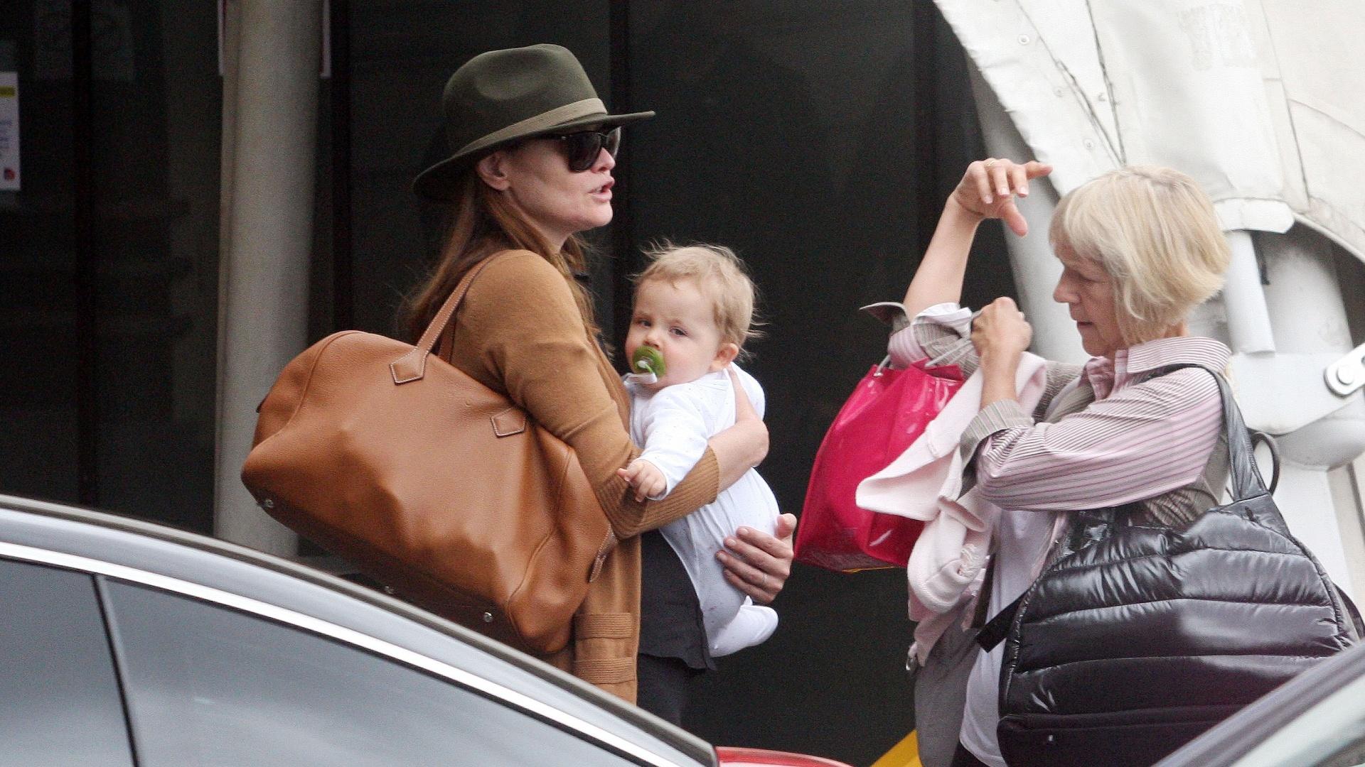 Carla Bruni é vista com a filha, Giulia, de 10 meses. Essa é a primeira vez que Bruni deixa o rosto da criança à mostra (30/7/12)