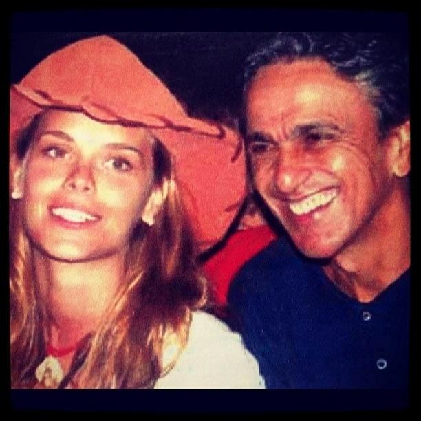 Carolina Dieckmann mostra foto antiga ao lado de Caetano Veloso (7/8/2012)