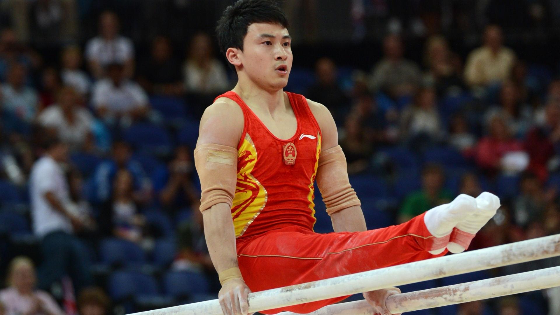 Chinês Feng Zhe se apresenta na final de barras paralelas no último dia da ginástica artística em Londres; ele ficou com a medalha de ouro