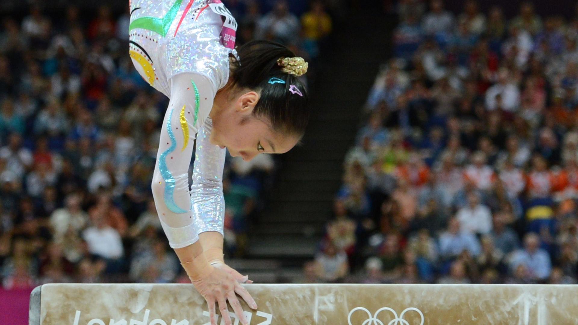 Chinesa Deng Linlin se apresenta na final de trave; a asiática levou a medalha de ouro na prova