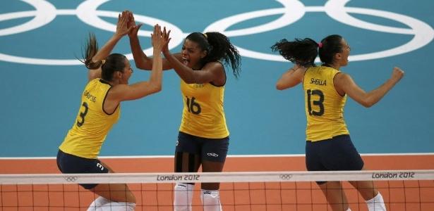 Dani Lins (esq), Fernanda Garay (centro) e Sheilla vibram com ponto do Brasil