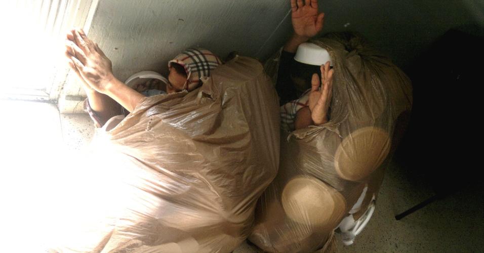 Dois presos foram flagrados nesta terça-feira (7) tentando fugir da Delegacia de Furtos e Roubos de Veículos de Curitiba, no Paraná, escondidos dentro de sacos de lixo