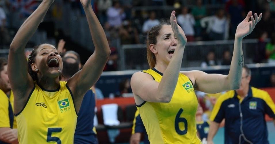 Emocionadas, Adenizia (esq) e Thaisa comemoram com torcida vitória do Brasil
