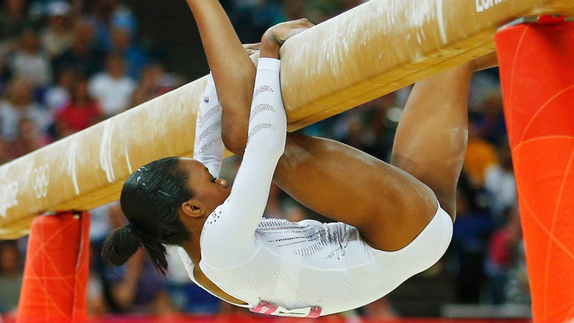 Gabrielle Douglas, ginasta dos EUA cai de trave durante final por aparelhos feminina 