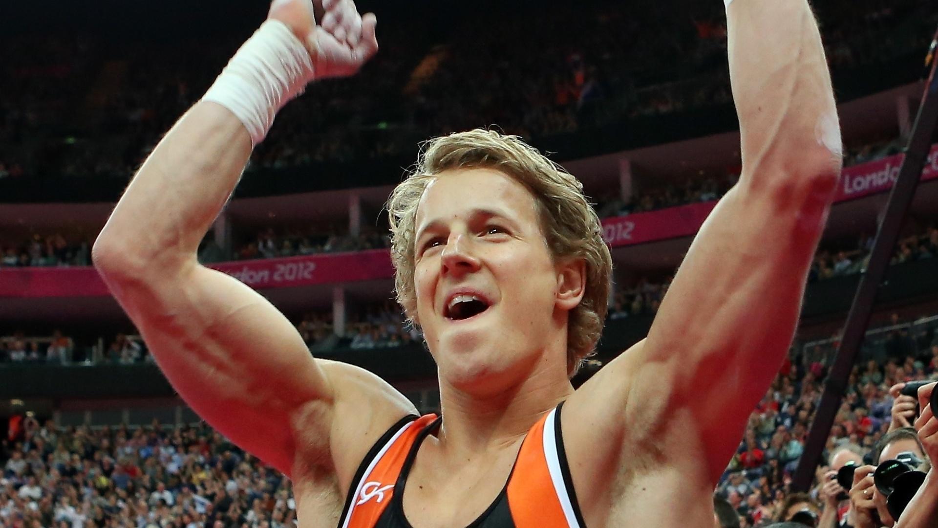 Holandês Epke Zonderland comemora a conquistar a medalha de ouro na final da barra fixa