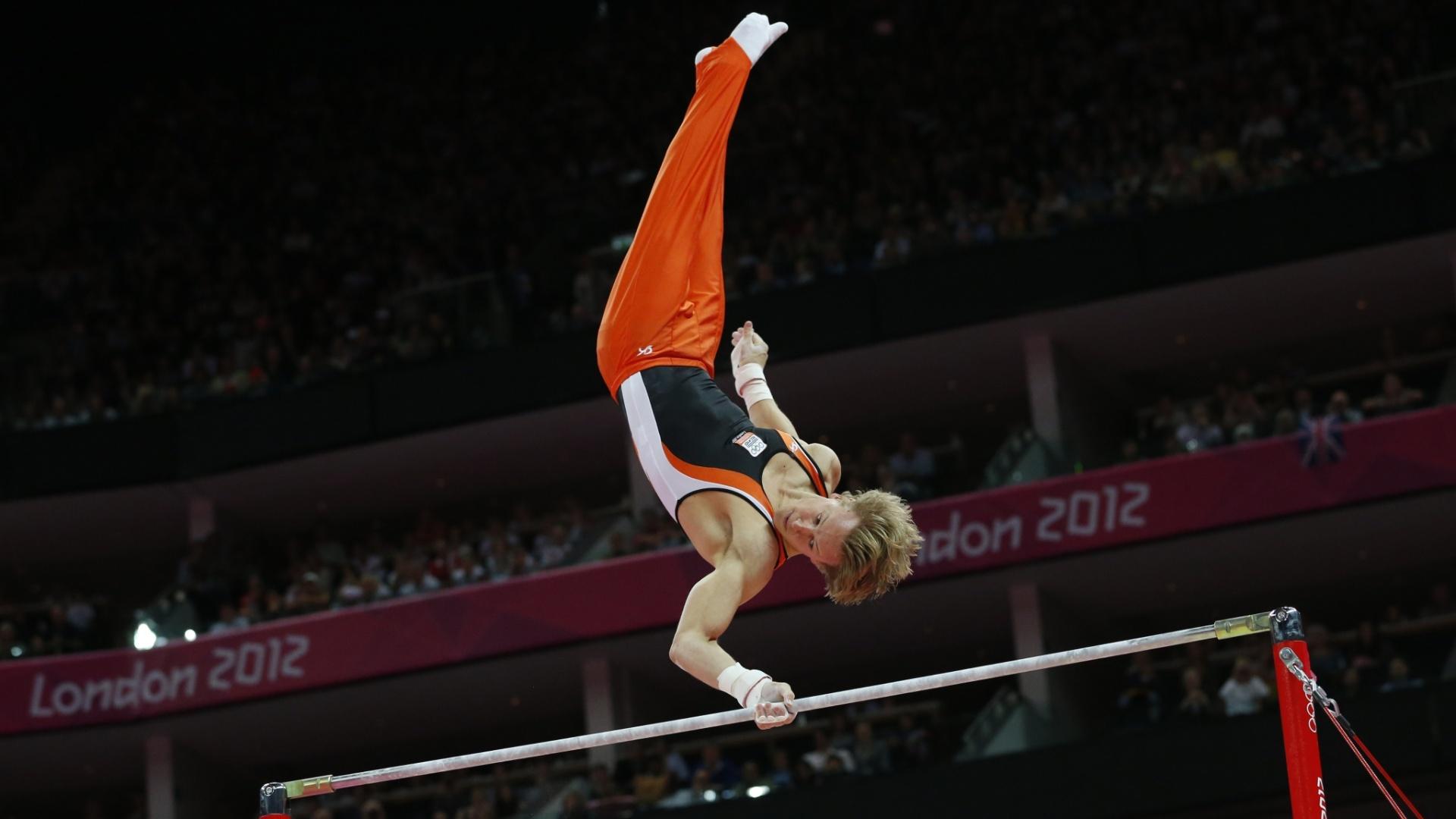 Holandês Epke Zonderland se apresenta na barra fixa; ele confirmou o favoritismo e ficou com a medalha de ouro