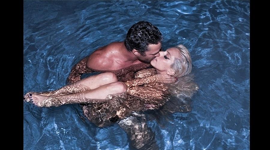 Lady Gaga beijou o namorado, Taylor Kinner, dentro de uma piscina (6/8/12). A imagem foi divulgada pela cantora por meio de sua rede social