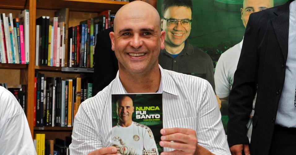 Marcos posa com exemplar de sua biografia no lançamento do livro em São Paulo