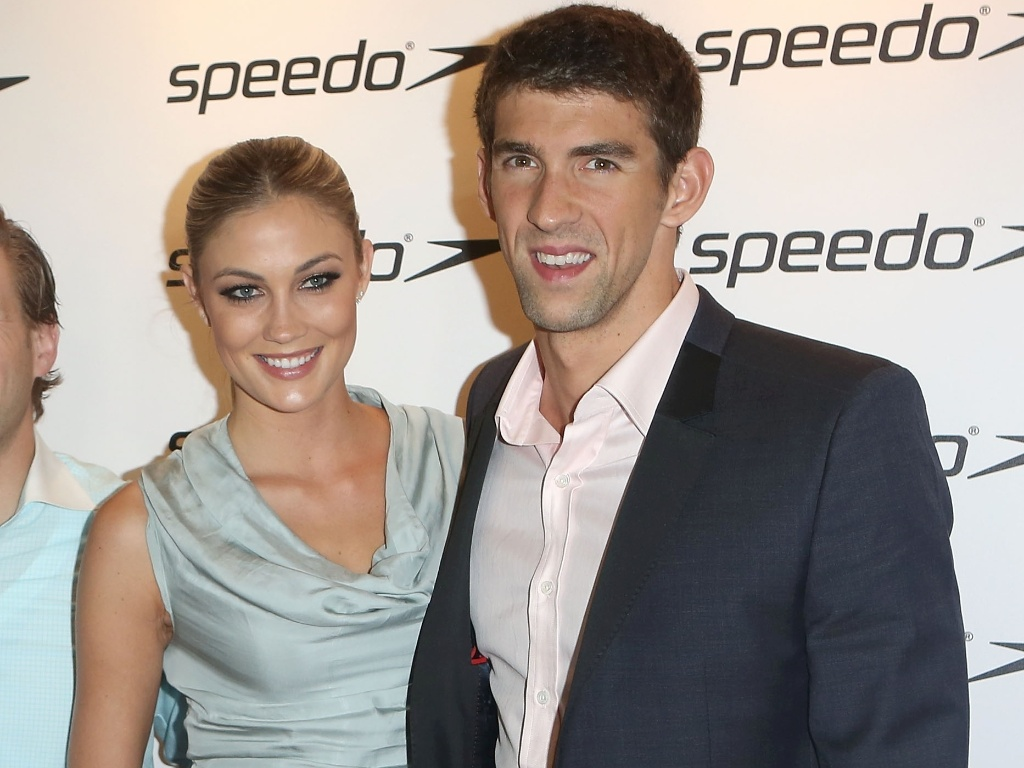Michael Phelps aparece ao lado da modelo Megan Rosee em evento da marca Speedo e aumenta boatos sobre namoro