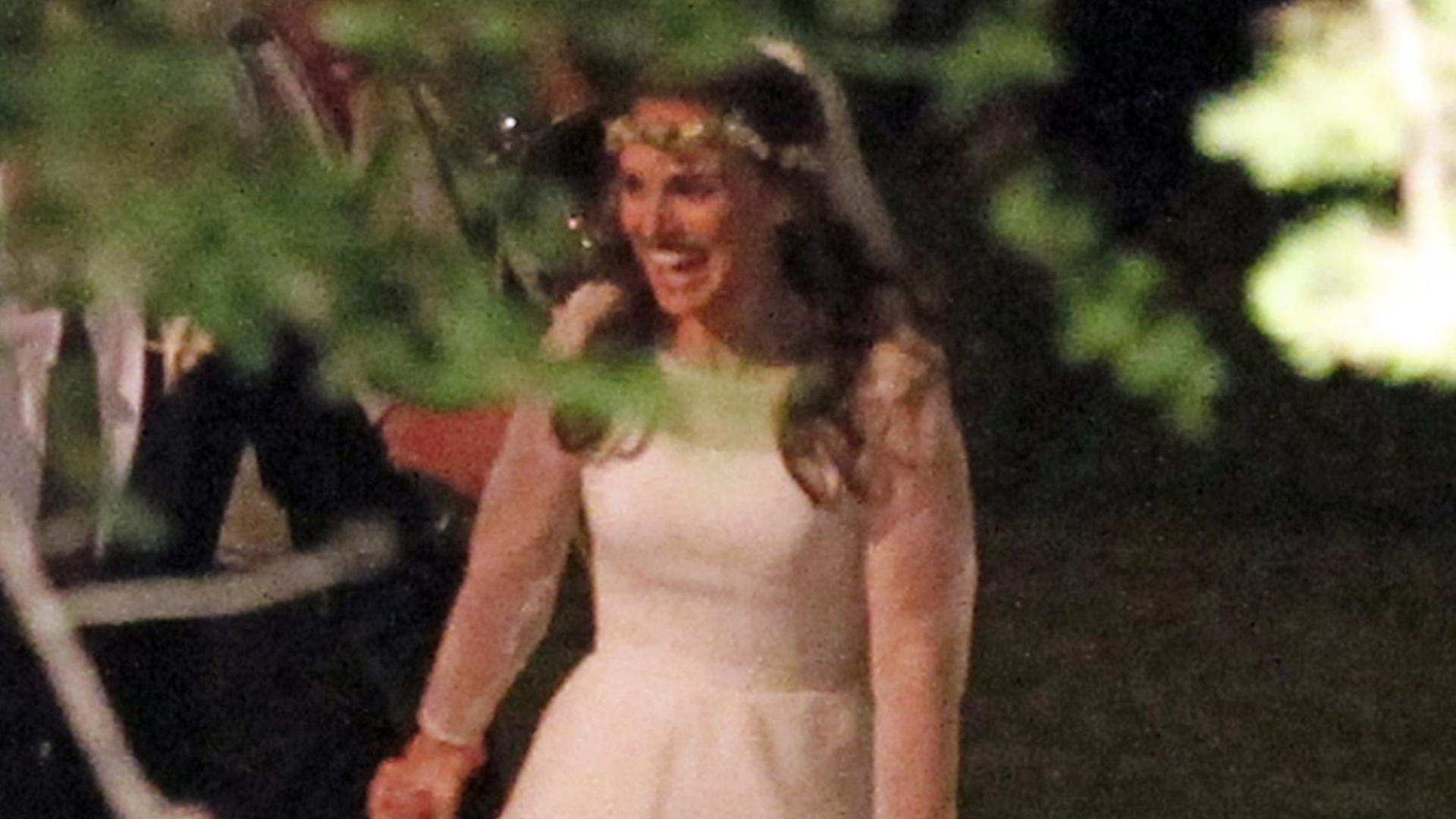 Natalie Portman casa-se em cerimônia judaica e usa um tradicional vestido da grife Rodarte (4/8/12)