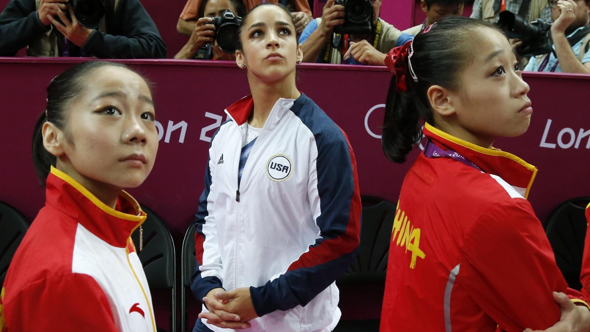 Norte-americana Alexandra Raisman aguarda a revisão de sua nota na final de trave; inicialmente em quarto lugar, a americana teve sua pontuação substituída e ficou com a medalha de bronze