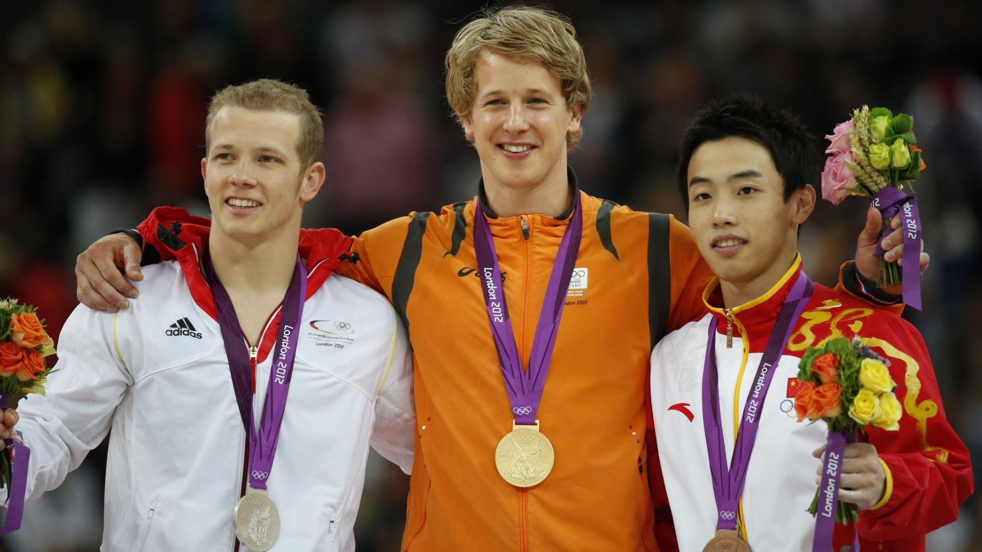 Pódio da barra fixa com Fabian Hambuchen (e), Epke Zonderland (c) e Zou Kai, medalhistas de prata, ouro e bronze, respectivamente