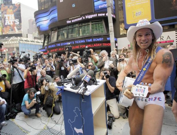 De Nova York Eua Na Times Square Vestindo Cueca E Chap U Tocando