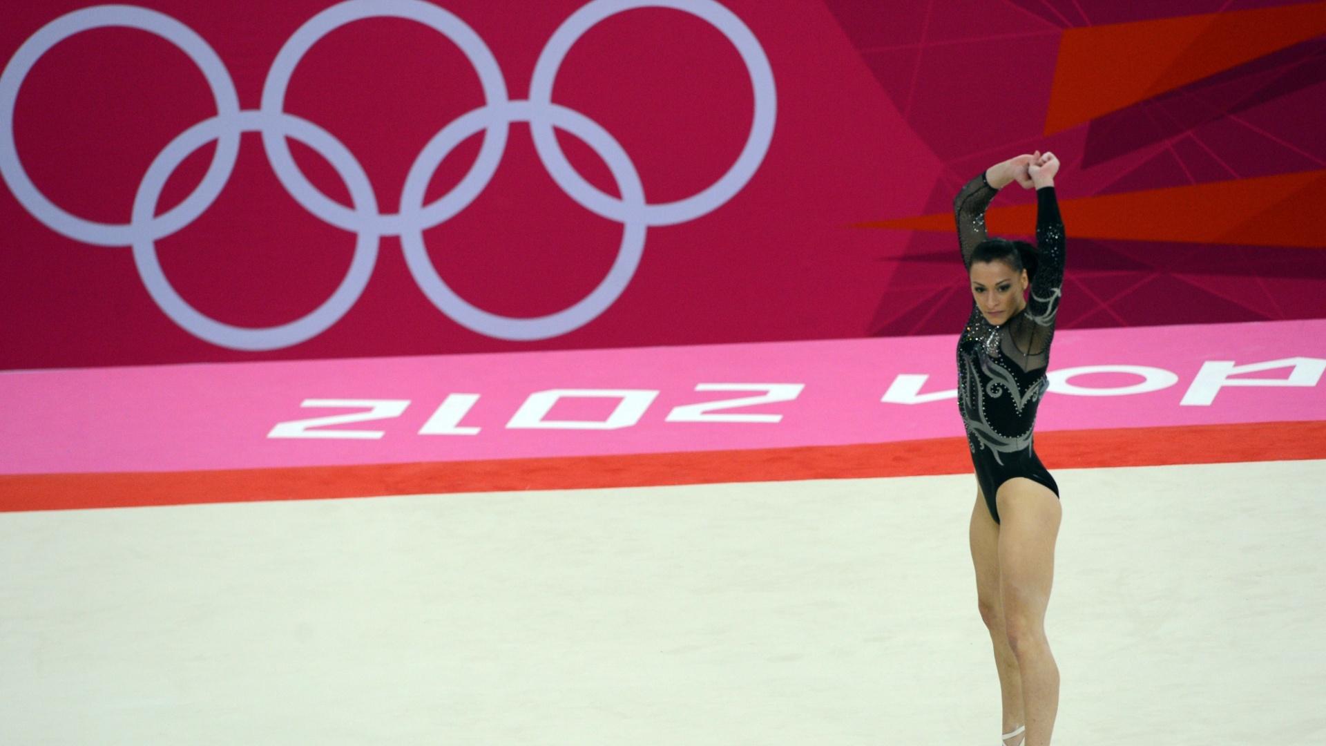Romena Catalina Ponor se apresenta no solo; a veterana ginasta ficou com a medalha de prata