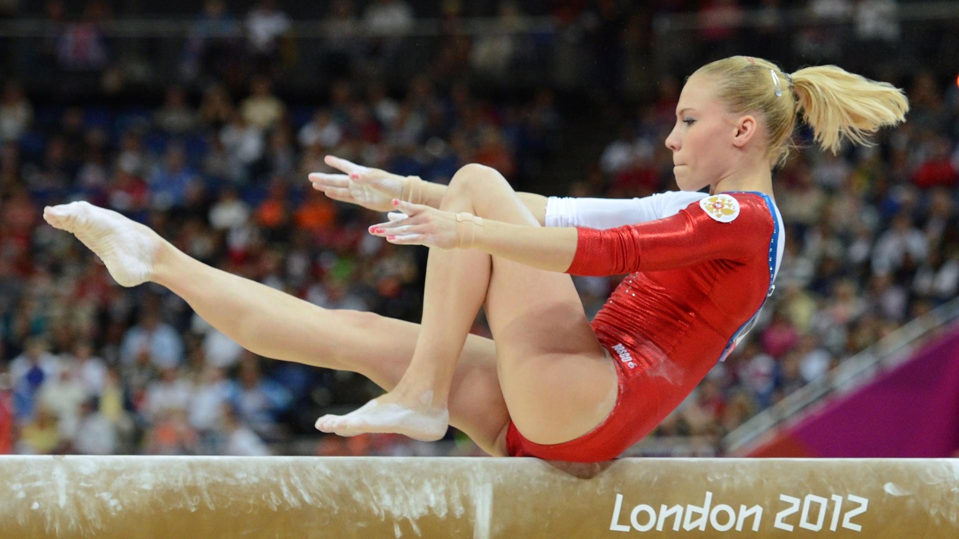 Russa Kseniia Afanaseva se apresenta na final de trave no último dia da ginástica artística em Londres