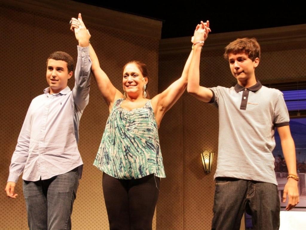Susana Vieira chora ao receber os netos Bruno e Rafael após apresentar