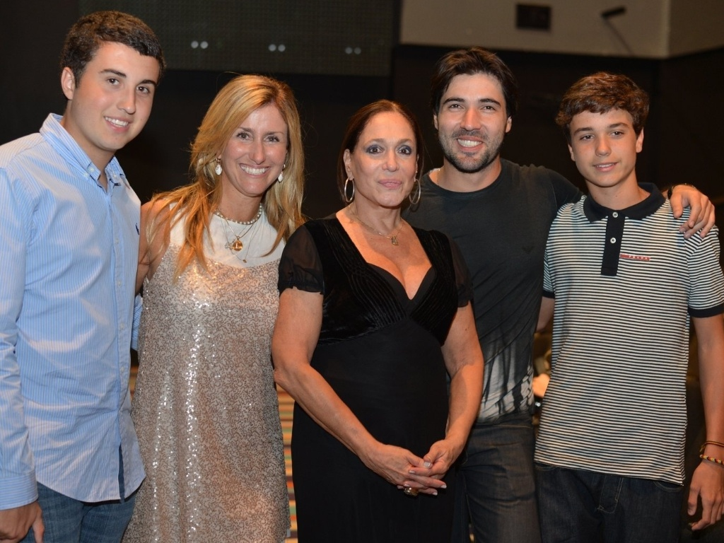 Susana Vieira recebeu os netos Bruno e Rafael, a nora Luciana, e o namorado Sandro Pedroso na estreia da peça