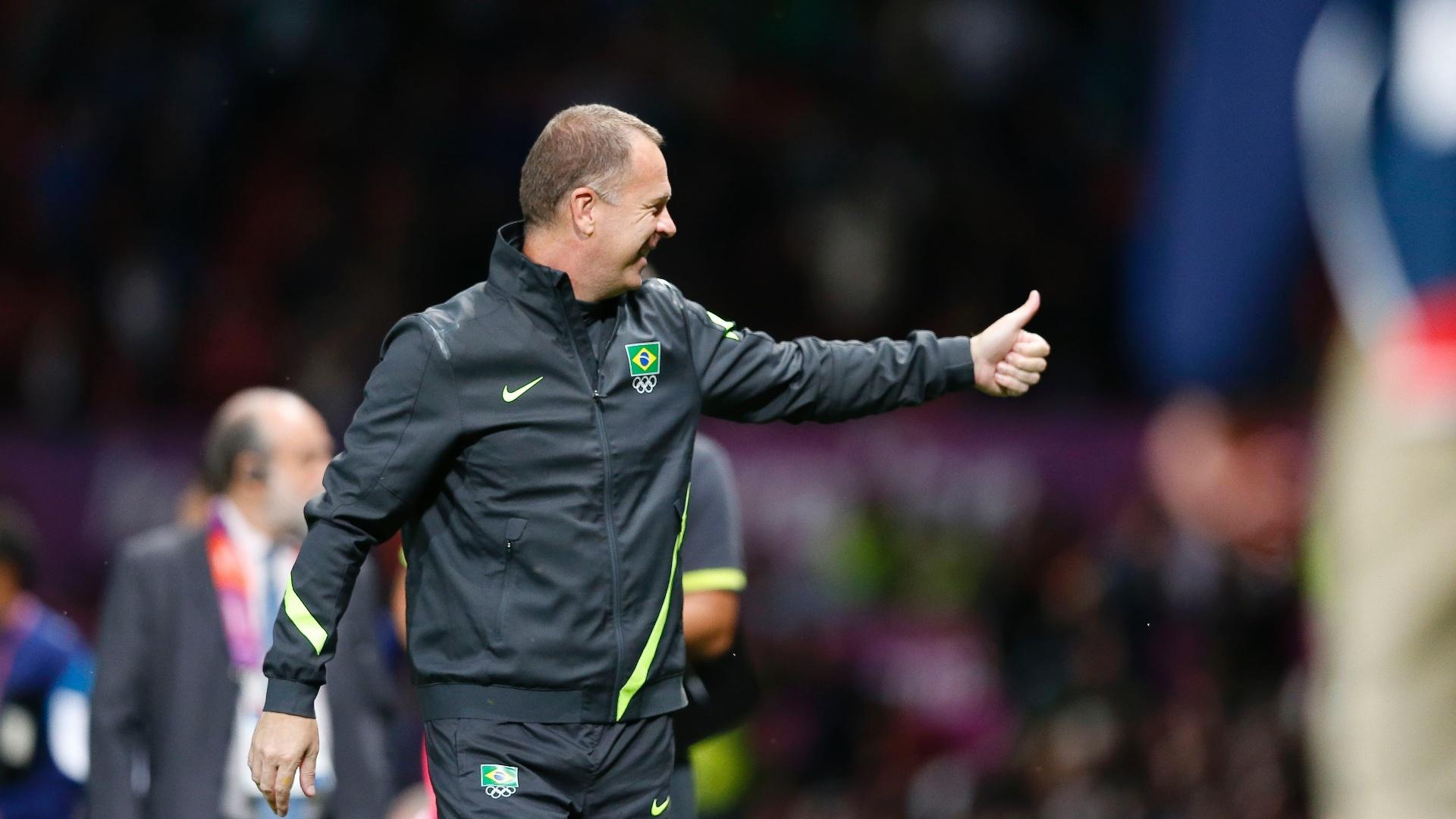 Técnico Mano Menezes acena após a vitória do Brasil sobre a Coreia do Sul pelas semifinal dos Jogos