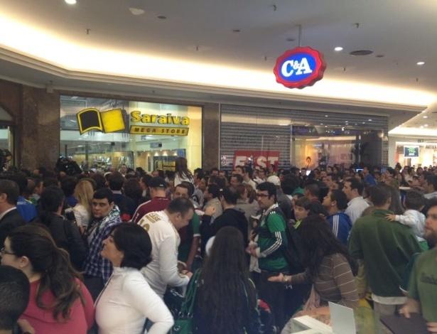 Torcedores do Palmeiras e fãs de Marcos esperam para entrar em livraria no lançamento da biografia do atleta