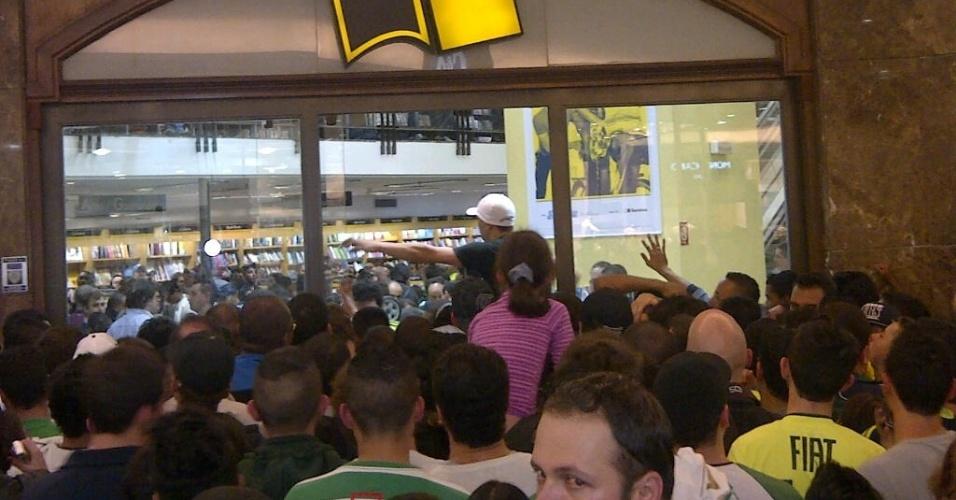 Torcedores fazem tumulto para entrar em livraria no lançamento da biografia do ídolo do Palmeiras, Marcos