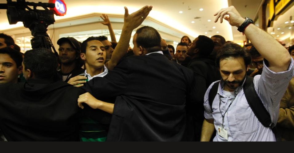 Tumulto na porta de livraria marca lançamento de biografia do ex-goleiro Marcos