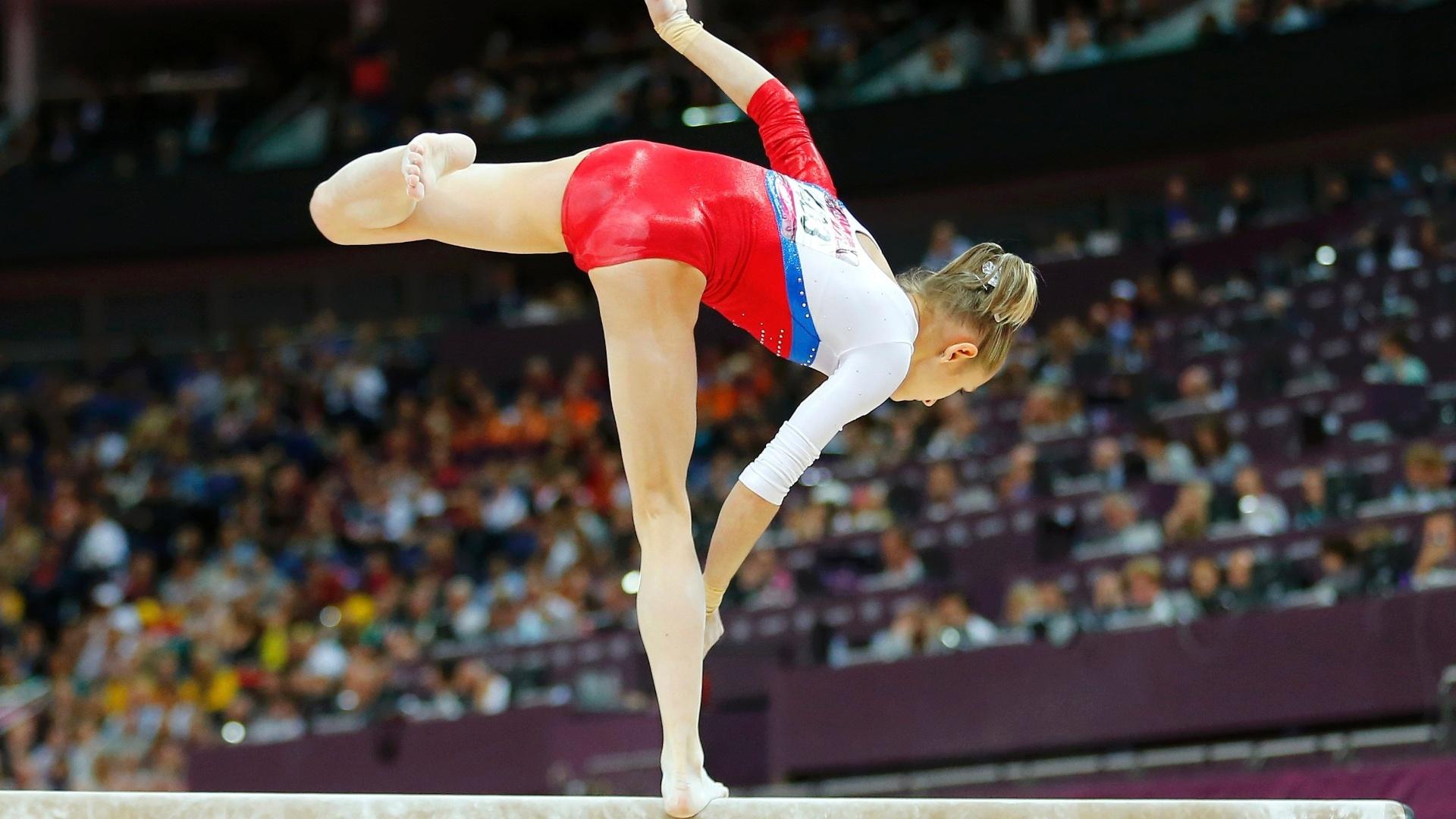 Victoria Komova se desequilibra e cai da trave; a russa voltou a decepcionar e ficou apenas em último lugar na final do aparelho