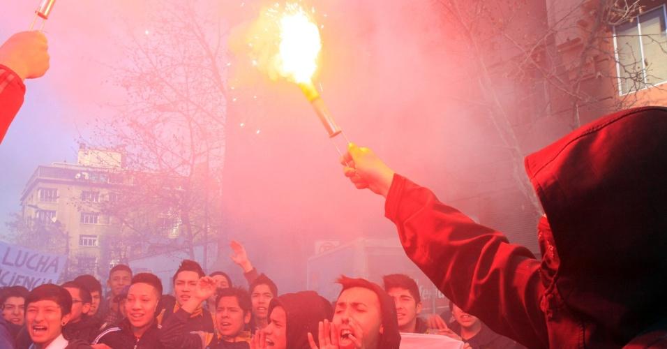 8.ago.2012 - A polícia chilena dispersou nesta quarta-feira (8) um protesto de estudantes no centro de Santiago. Há mais de um ano, alunos têm feito manifestações para pedir mudanças na política educacional do país
