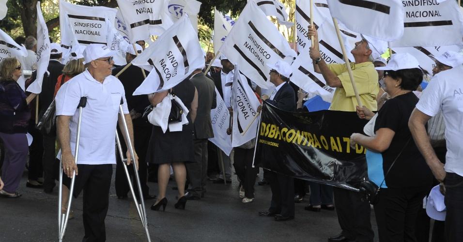 8.ago.2012 - Deficiente físico também adere à manifestação dos servidores públicos realizada na Esplanada dos Ministérios, em Brasília. A classe está em greve e reivindica aumento salarial