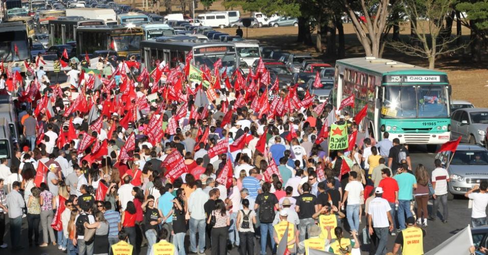 8.ago.2012 - Em greve, servidores públicos  realizaram uma passeata até o Palácio do Planalto, em Brasília, e desceram na contra mão a rua da Esplanada dos Ministérios