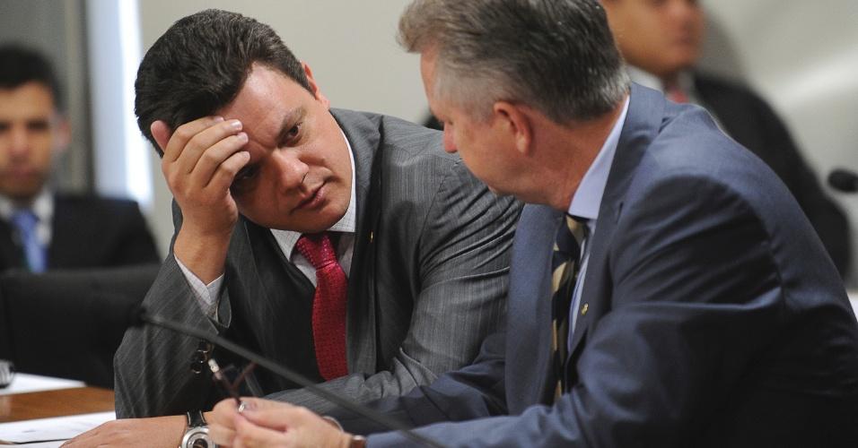 8.ago.2012 - O relator da CPI do Cachoeira, deputado Odair Cunha (PT-MG)), conversa com o senador Rodrigo Rollemberg (PSB/DF), durante o depoimento da empresária Andrea Aprígio, que também é ex-mulher do contraventor Carlinhos Cachoeira