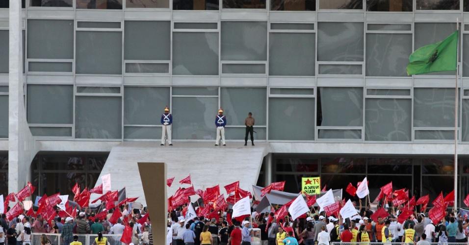 8.ago.2012 - Os servidores públicos também aproveitaram o quinto dia do julgamento do mensalão para se manifestarem em Brasília