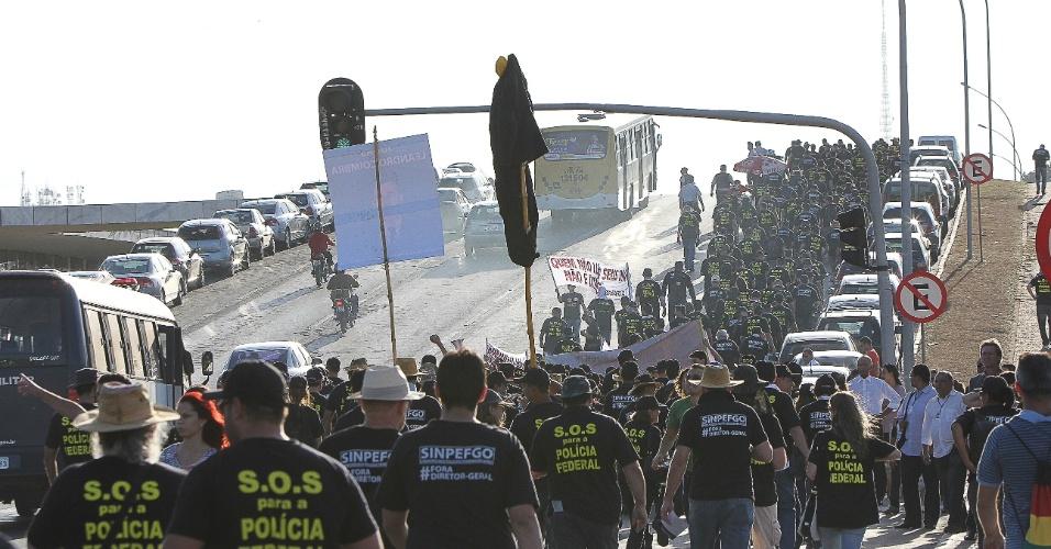 8.ago.2012 - Policiais federais organizaram uma passeata até a Esplanada dos Ministérios, em Brasília, no segundo dia de greve da categoria, que reivindica reestruturação na carreira