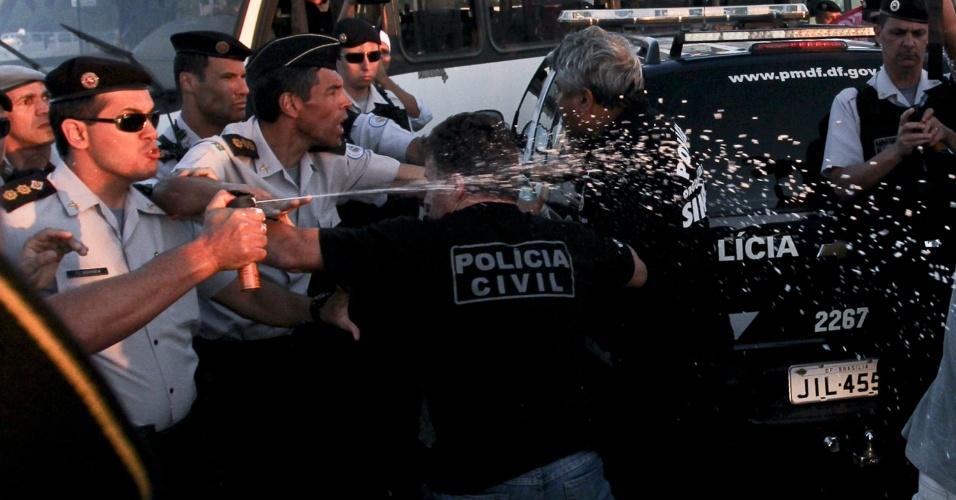8.ago.2012 - Policiais militares entram em confronto com policiais civis durante protesto de servidores públicos federais na esplanada dos ministérios