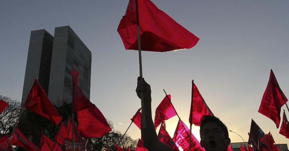 8.ago.2012 - Servidores públicos se reuniram em frente ao Ministério do Planejamento e caminharam em direção à Praça dos Três Poderes, em Brasília. A manifestação reuniu cerca de mil pessoas, que fecharam as cinco faixas da pista local