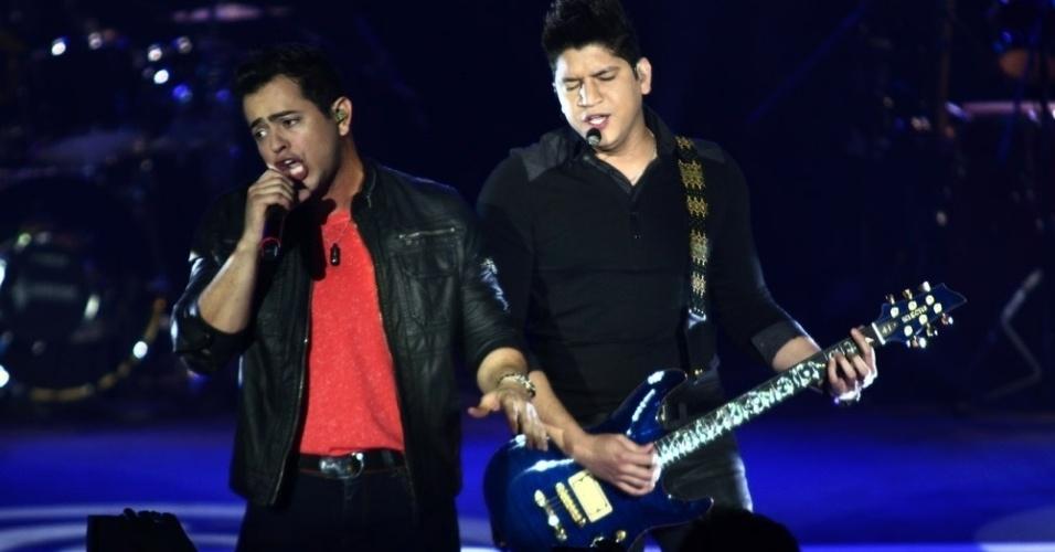 """A dupla Henrique e Diego apresentou os hits """"Zuar e Beber"""",""""Canudinho"""" e """"Top do verão"""", durante a gravação do primeiro DVD da carreira (7/8/12)"""