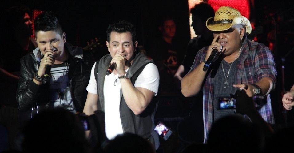 A dupla Humberto e Ronaldo se apresentou na gravação do primeiro DVD de Henrique (ao centro) e Diego, em Campo Grande (7/8/12)