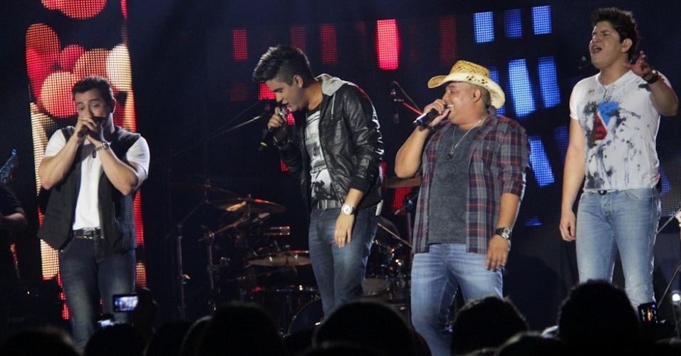 A dupla Humberto e Ronaldo (ao centro) também participaram da gravação do primeiro DVD de Henrique e Diego, em Campo Grande (7/8/12)