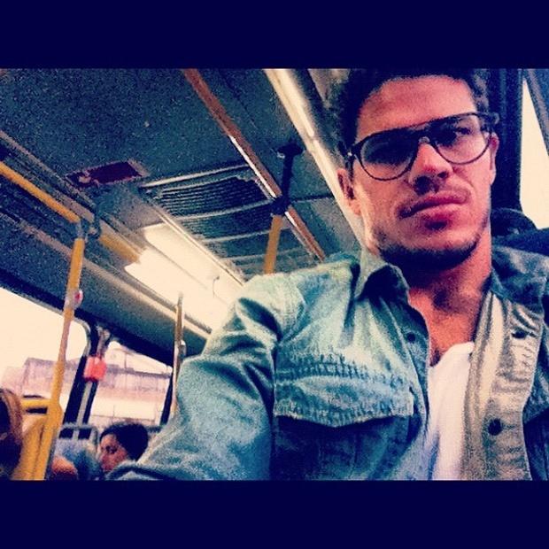"""Ator José Loreto, o Darkson de """"Avenida Brasil"""", posta foto andando de ônibus"""