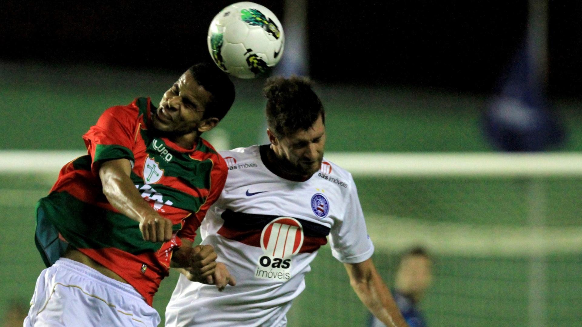 Danny Moraes, do Bahia, disputa lance em partida contra a Portuguesa, válida pelo Campeonato Brasileiro 2012, no estádio Pituaçu