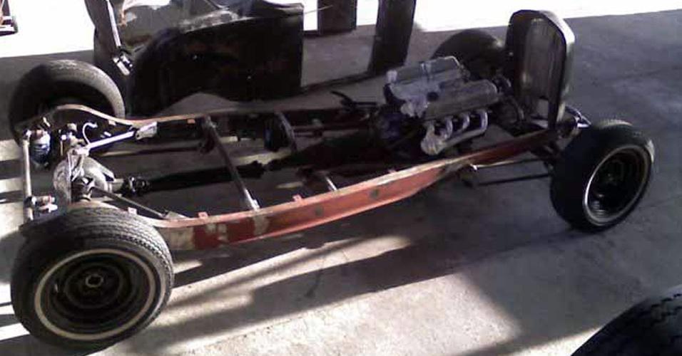 Ford 32 foi totalmente desmontado, tratado, pintado e reconstruído na transportadora