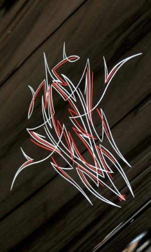 Grafismo (pinstripe) sobre o capô, de Marcelo Lobão, é única excentricidade a quebrar visual sóbrio bastante incomum para um hot rod