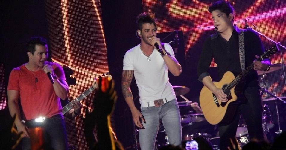 Gusttavo Lima (ao centro) foi um dos principais convidados do show do DVD da dupla Henrique e Diego, no Ondara Palace, em Campo Grande (7/8/12)
