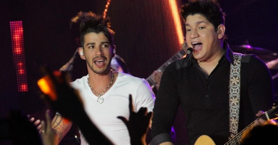 Gusttavo Lima (esq.) foi um dos principais convidados do show do DVD da dupla Henrique e Diego, no Ondara Palace, em Campo Grande (7/8/12)